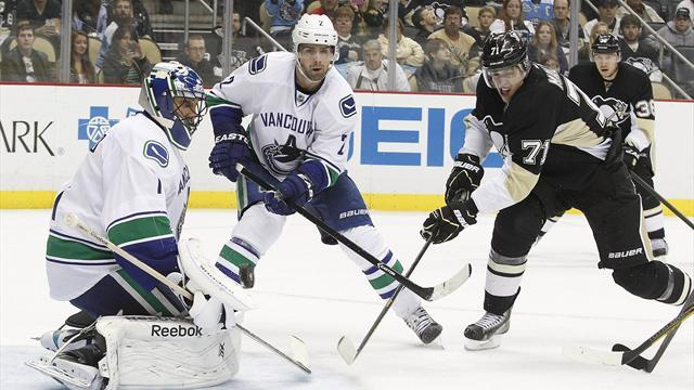 NHL - Canucks trade Luongo to Panthers in four-player deal