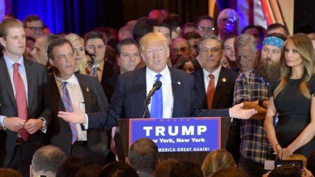 """El magnate Donald Trump se considera """"presunto nominado"""" republicano para las presidenciales de Estados Unidos en noviembre tras arrasar en cinco estados el martes, mientras que la demócrata Hillary Clinton siguió sumando victorias."""