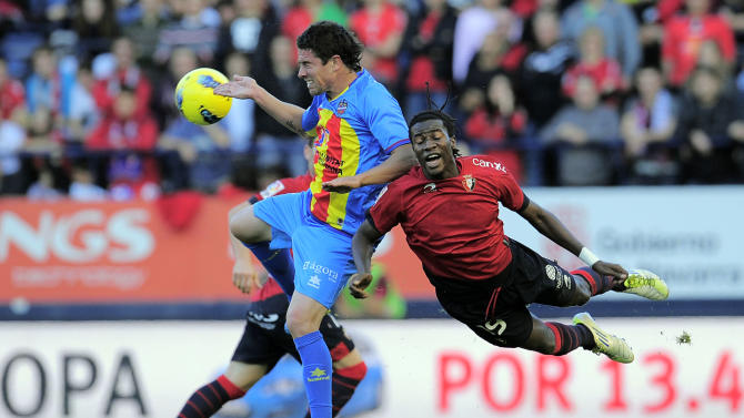 Levante's Asier Del Horno, left, duels for the ball with Osasuna's Ibrahima Balde from Senegal during their Spanish La Liga soccer match, at Reyno de Navarra stadium in Pamplona, northern Spain, Sunday Oct. 30, 2011. (AP Photo/Alvaro Barrientos)