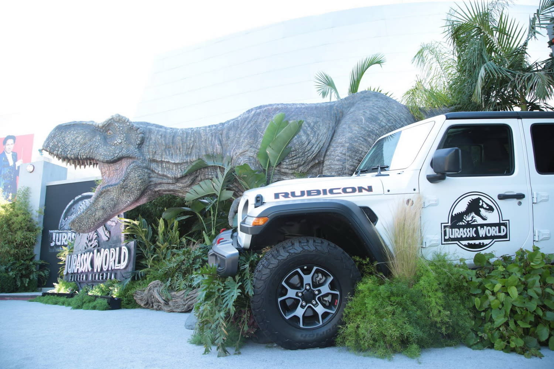 <p>紅毯上擺了一隻暴龍和一台園內吉普車,歡迎各位再次造訪侏羅紀世界。 </p>