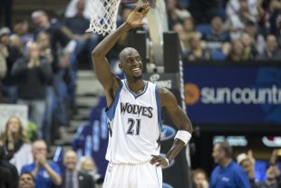 Kevin Garnett waves to fans at Target Center. (Jesse Johnson-USA TODAY Sports)