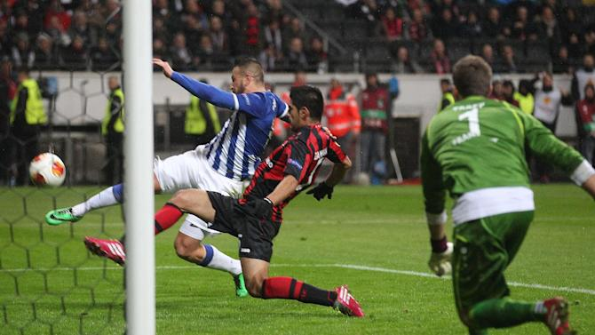 Porto's Nabil Ghilas, left, scores his side's third goal during a Europa League round of 32 second leg soccer match between Eintracht Frankfurt and FC Porto in Frankfurt, Germany, Thursday, Feb. 27, 2014