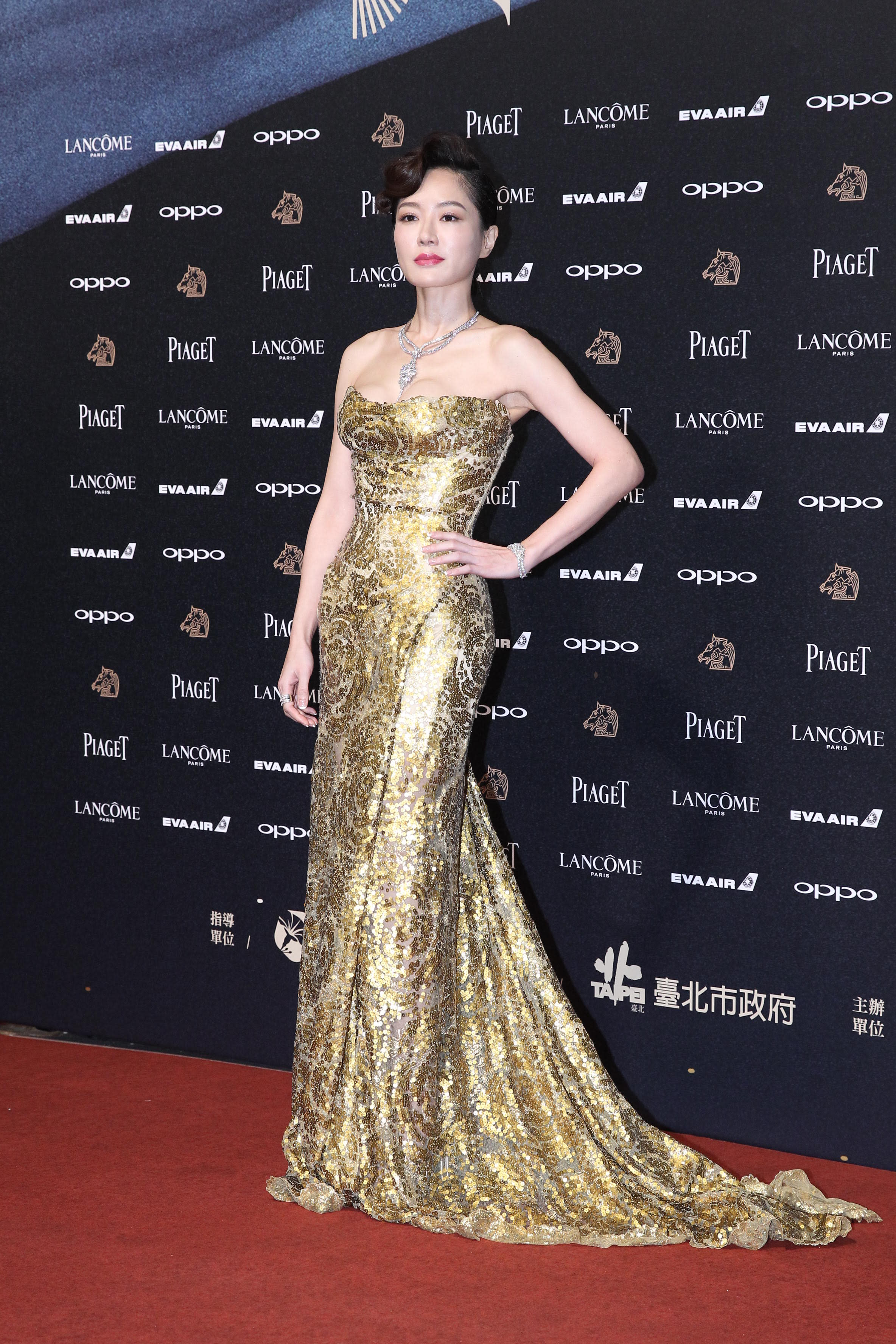 <p>金鐘獎影后尹馨,第54屆金馬獎憑《川流之島》入圍最佳女主角。受訪時談到身上的金色性感禮服,她表示:「因為金馬奔騰,所以我特別選了金色在身上。」(達志影像) </p>