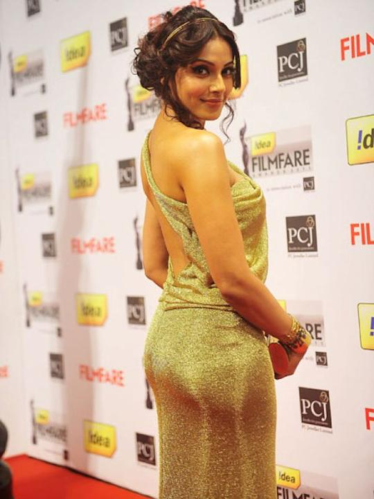 Images via : iDiva.comBipasha Basu looks lovely in this golden backless outfit! It makes for a perfect outfit for the party season. And that hairdo really suits her.Related Articles - Celeb Trend: Sex