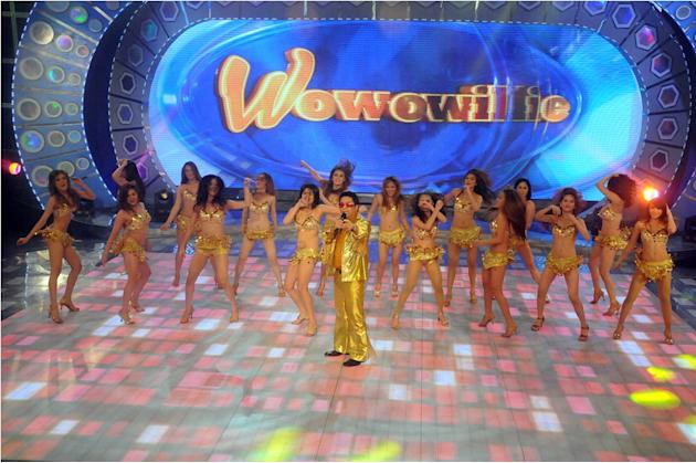 Willie Revillame with the Wowowillie girls