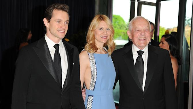 "Actor Hugh Dancy, left, his wife, actress Claire Danes from the Washington-based Showtime series ""Homeland"", and journalist Bob Schieffer attend the White House Correspondents' Dinner at the Washington Hilton on Saturday April 27, 2013 in Washington. (Photo by Evan Agostini/Invision/AP)"