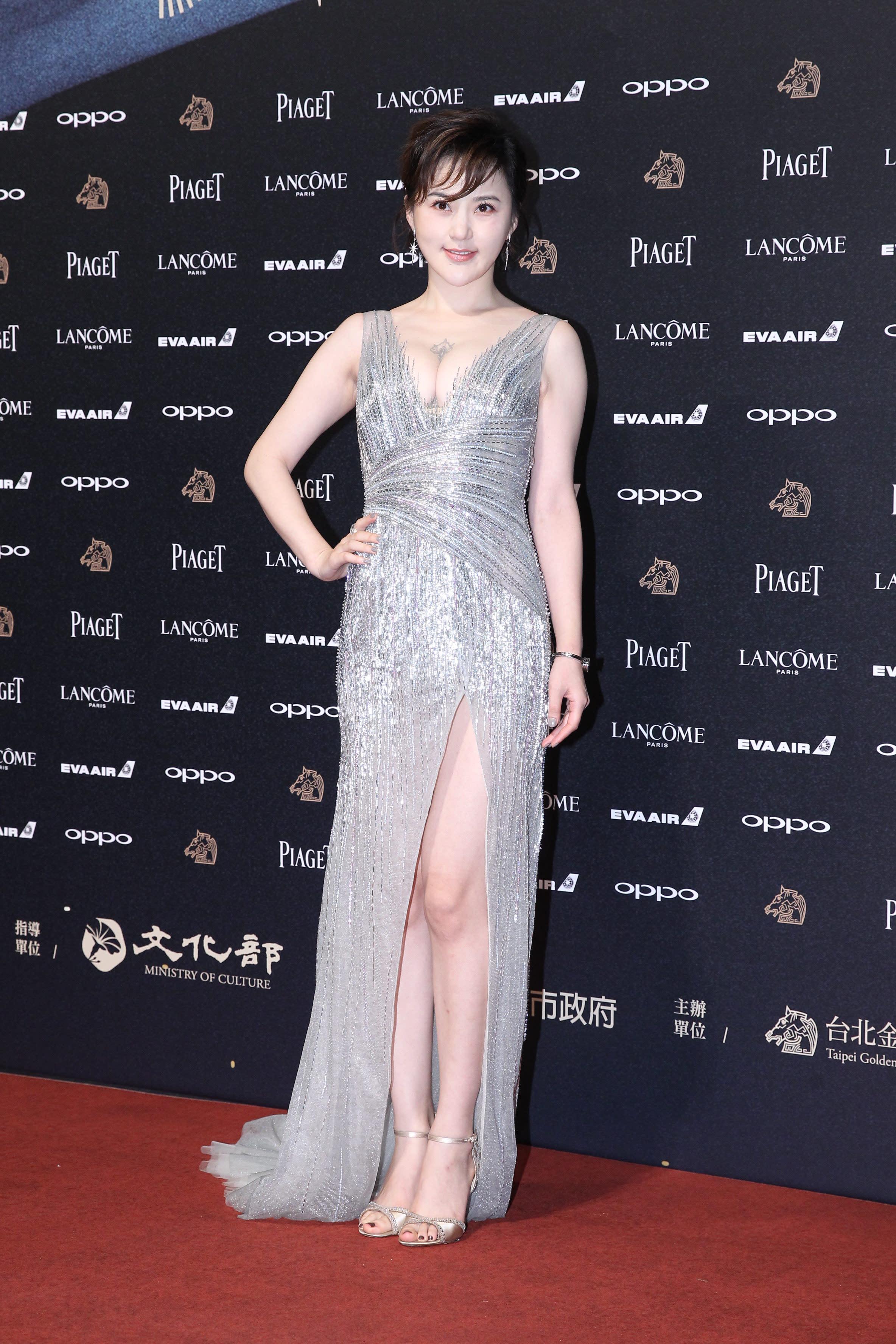 <p>《老獸》劇組女星王子子,穿上低胸銀色閃閃晚裝,更豪曬超事業線,非常引人注目(達志影像) </p>