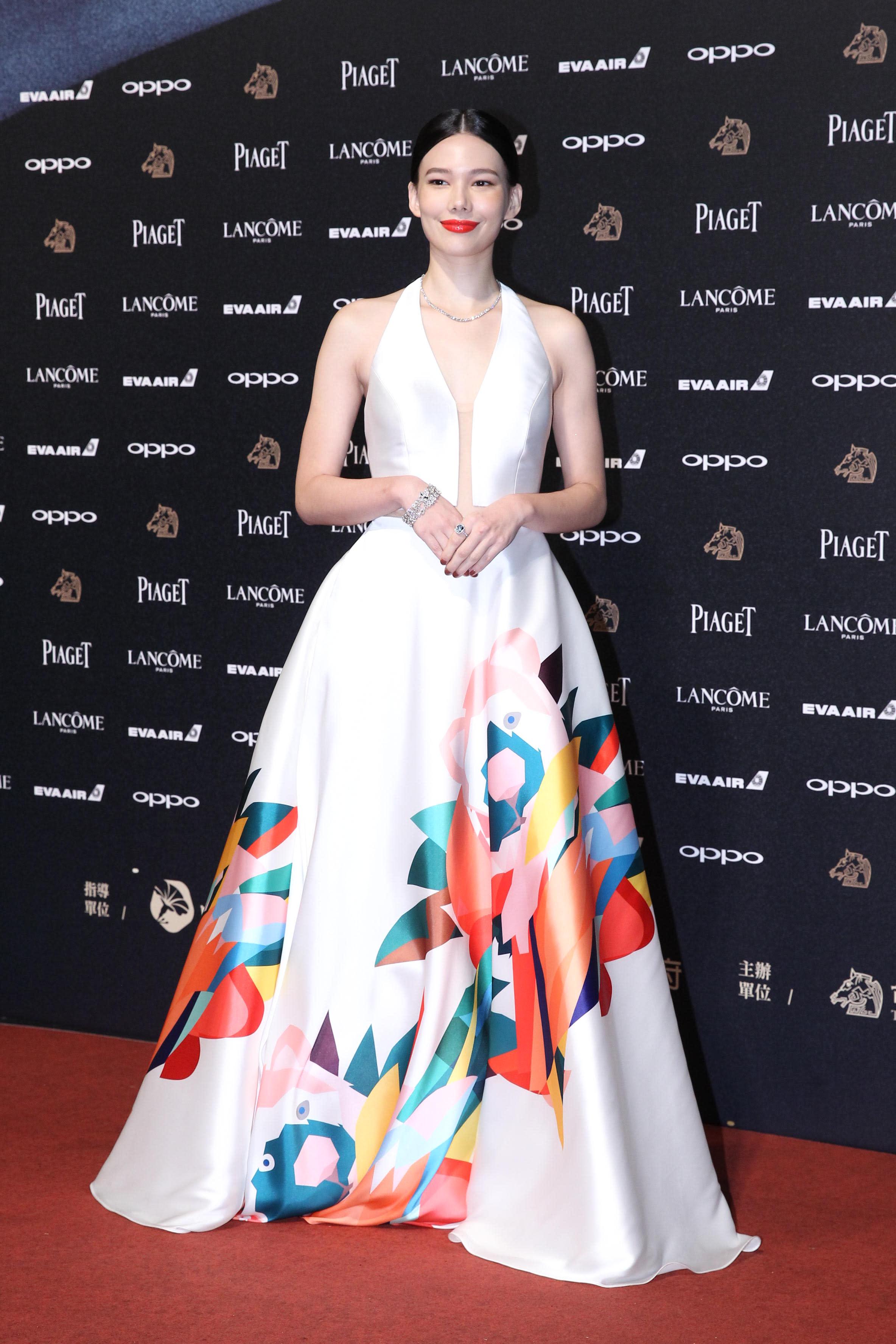 <p>同樣是《接線員》劇組的女星紀培慧,白色禮服上搭配著漂亮的彩色塗鴉,成為本次金馬紅毯的的一大亮點!簡單的中分乾淨髮型,身上搭配Tiffany & Co.珠寶,散發著經典美(達志影像) </p>