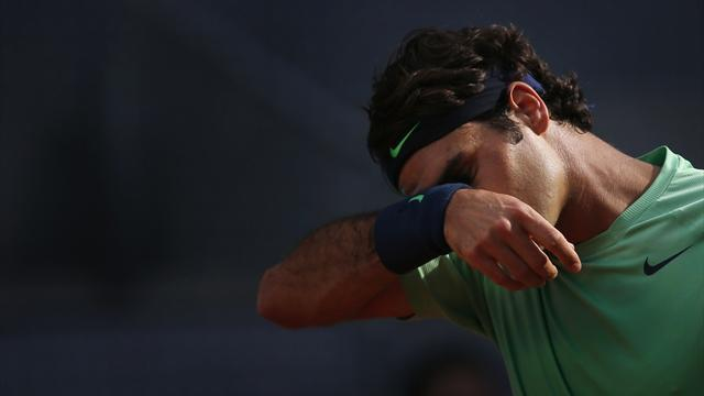 Tennis - Federer crashes out of Madrid, Nadal through