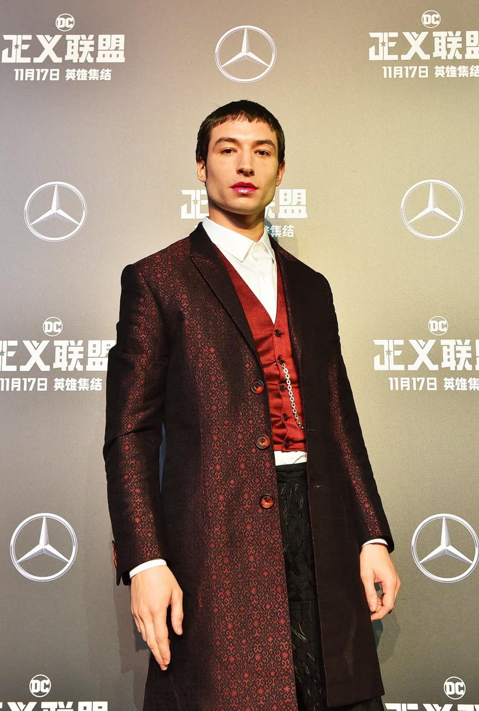 <p>伊薩米勒以長大衣搭配背心、懷錶、馬靴,活脫脫像是從他演出的另一個熱門系列電影《怪獸與牠們的產地》走將出來。 </p>
