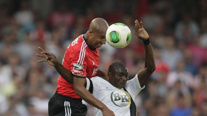 Guimaraes's Maazou jumps for the ball with Benfica's Luisao during their Portuguese premier league soccer match in Guimaraes
