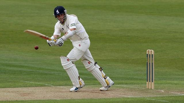 County - Warwickshire close in on victory