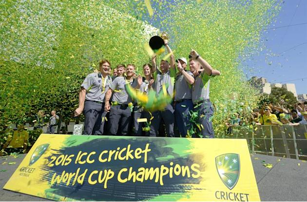 MLB. Melbourne (Australia), 30/03/2015.- The Australian cricket team pose for photographs with the Cricket World Cup at a fan day clelbration in Federation Square in Melbourne, Australia, 30 March 201