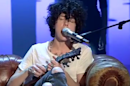 """Lost on You"" : LP offre un live acoustique de son tube au ukulélé (VIDÉO)"