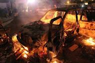 Carro incendiado diante do quartel do grupo salafista Ansar al-Sharia, no centro de Benghazi