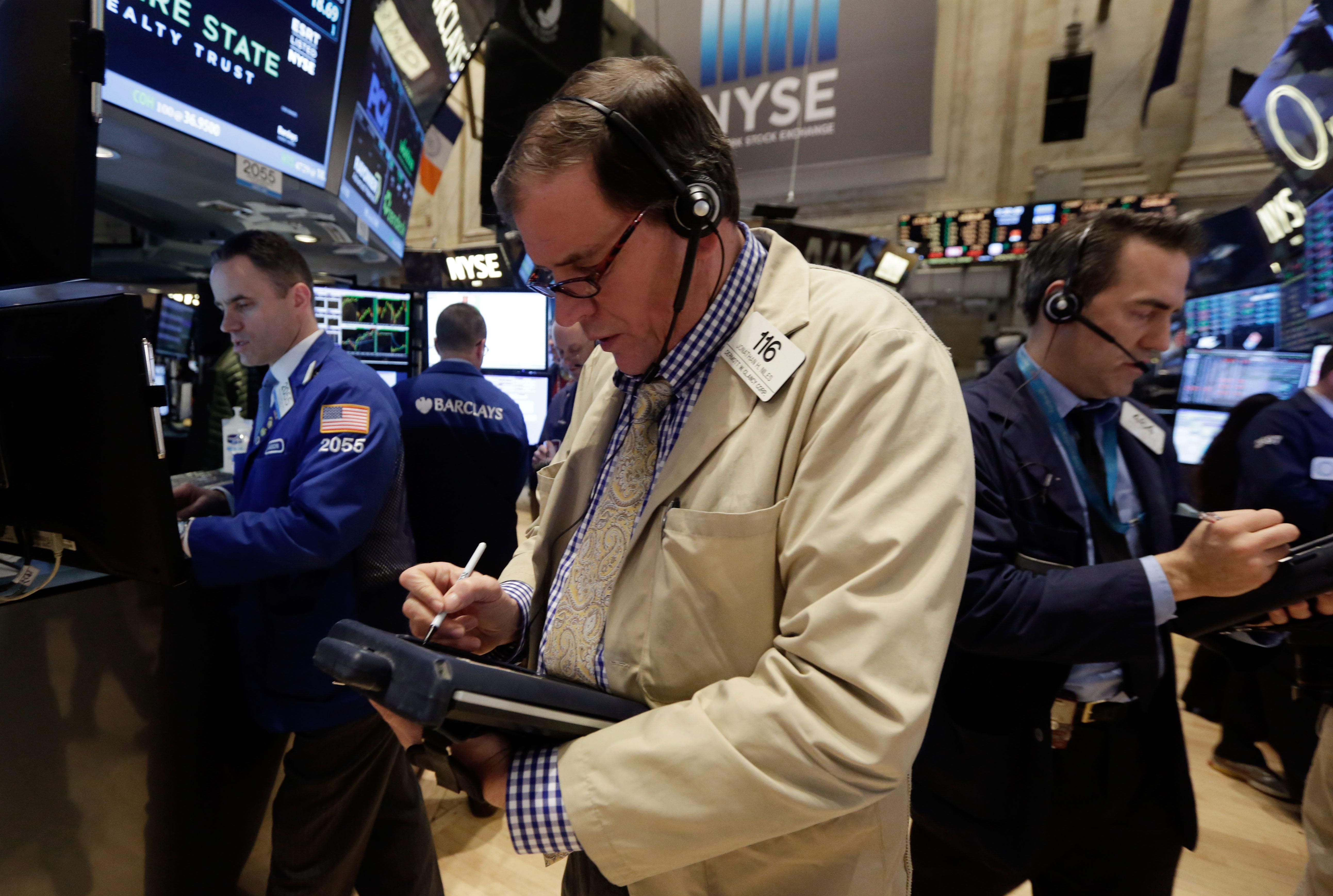 Global stocks hit by oil plunge, Fed mention of rate hike