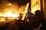 Anti-government protesters aim their weapons during clashes with riot police at Independence Square in Kiev February 18, 2014. REUTERS/Vasily Fedosenko