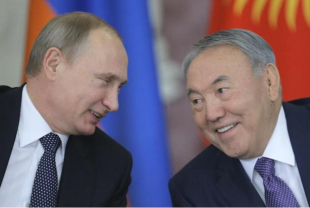 Russian President Vladimir Putin speaks with Kazakh President Nursultan Nazarbayev (R) during the Supreme Eurasian Economic Council meeting, at the Kremlin in Moscow, on December 23, 2014