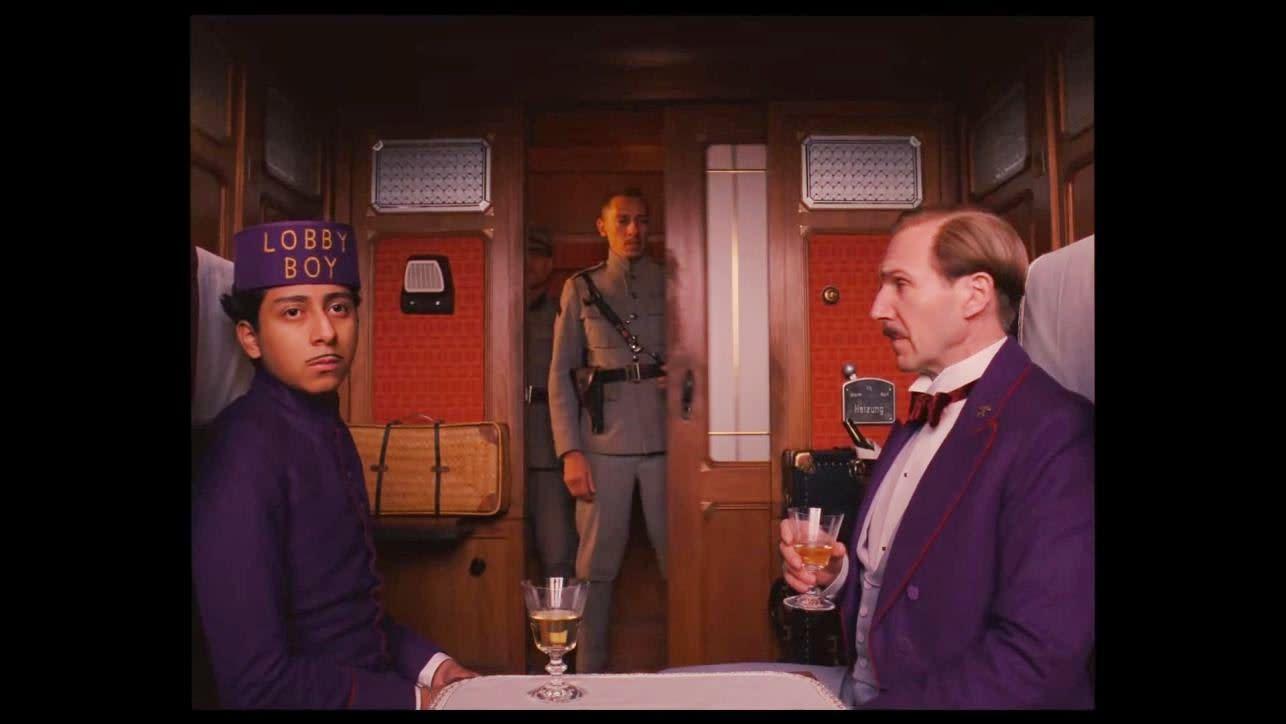 <p>五、《歡迎來到布達佩斯大飯店》:以工整對仗畫面著稱的導演魏斯安德森,最為影迷津津樂道的就是他電影裡的「黃金中線」。向來強調畫面比例的魏斯安德森,在2014年的《歡迎來到布達佩斯大飯店》中,同樣大玩畫面比例的壓箱絕活,使用了4:3、2.35:1與1.85:1。片中沒有過度強調比例,僅順應劇情敘事而呈現出些微差異,也成為影迷反覆觀看電影時的一大樂趣。(圖/官方劇照) </p>