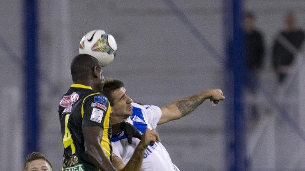 Argentina's Velez Sarsfield's Lucas Pratto, right, goes for a header with Bolivia's The Strongest's Jefferson Lopes during a Copa Libertadores soccer match in Buenos Aires, Argentina, Tuesday, March 18, 2014