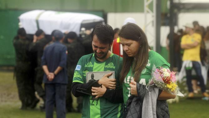 Fans react to the coffin of a plane crash victim in the Arena Conda stadium in Chapeco