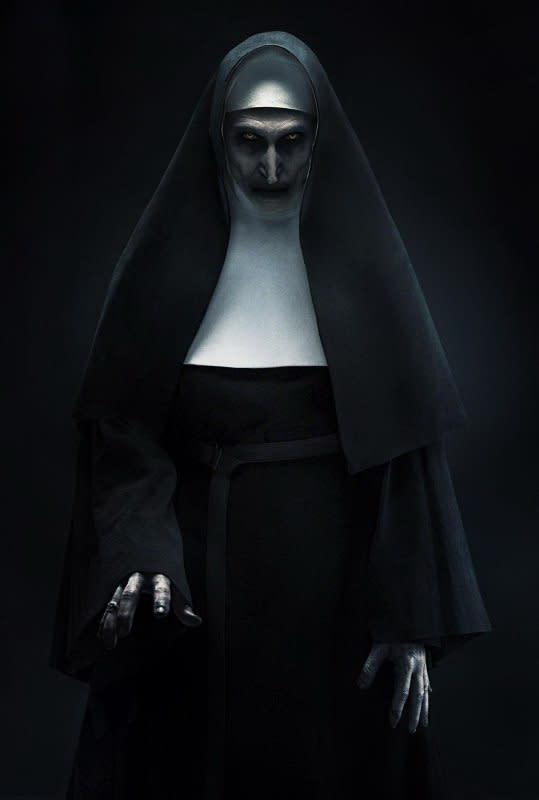 <p>第七名.《鬼修女》:堪稱《厲陰宅》宇宙中的最強魔物,更從中衍生出了一部獨立電影《鬼修女》。身為《厲陰宅》系列電影的承先啟後之作,《鬼修女》交代了在《安娜貝爾》之前所發生的故事,並同時向觀眾解釋《厲陰宅2》裡的超級大魔王鬼修女瓦拉克是從何而來。儘管電影本身開高走低,不過鬼修女瓦拉克的駭人存在仍不容小覷,鬼之魔物當仁不讓。(圖:Yahoo奇摩電影) </p>