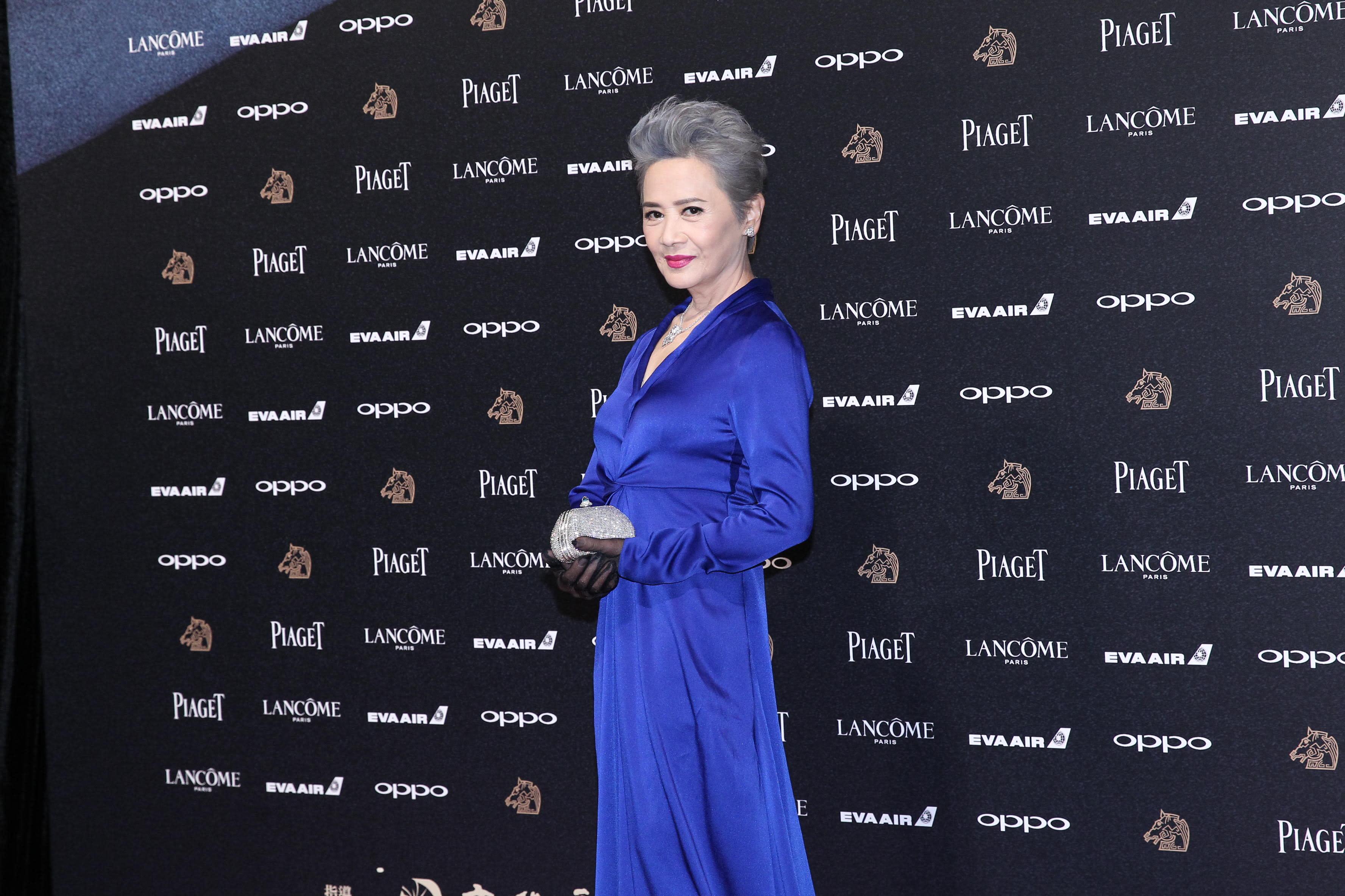 <p>另一位香港資深女演員,憑《明月幾時有》入圍的葉德嫻,也用超閃亮的白鑽撐起紅毯時尚,梳理整齊的灰白髮,讓她不顯老態反而自帶女王般的氣勢(影像提供:達志影像) </p>
