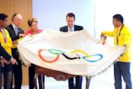 Brazilian President Dilma Rousseff (C), Olympic boxer Yamaguchi Falcao (L), Brazilian Olympic Committee President Carlos Nuzman (2nd-L), Rio de Janeiro's mayor Eduardo Paes (2nd-R) and Olympic boxer Esquiva Falcao pose with the Olympic flag