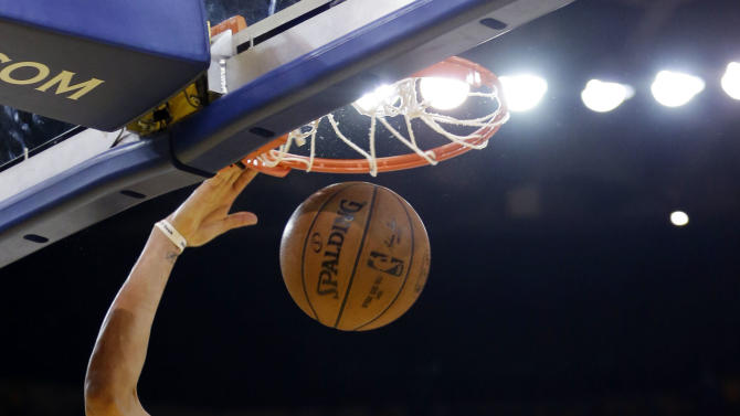 New Orleans Pelicans' Anthony Davis (23) dunks against the Golden State Warriors during the second half in Game 1 of the NBA basketball playoffs Saturday, April 18, 2015, in Oakland, Calif. Golden State won 106-99. (AP Photo/Marcio Jose Sanchez)