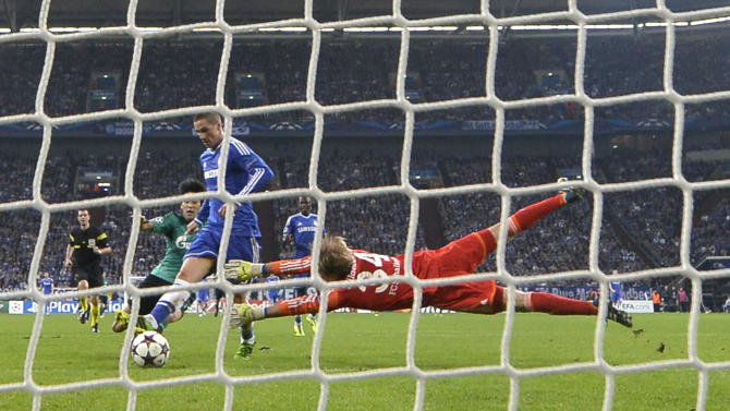 Chelsea's Fernando Torres scores his side's 2nd goal past Schalke goalkeeper Timo Hildebrand during the Champions League group E soccer match between FC Schalke 04 and Chelsea FC in Gelsenkirchen, Germany, Tuesday, Oct. 22, 2013
