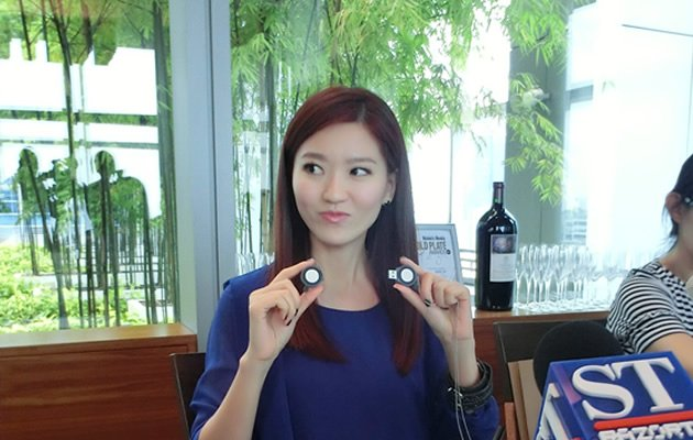 Joi Chua demonstrates her self designed USB album (Yahoo! Photos / Elizabeth Soh)