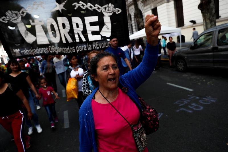 Una multitud protesta en Argentina contra Macri en vísperas de huelga general