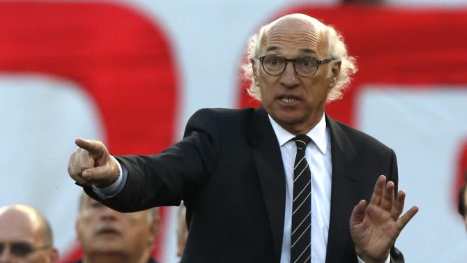 Boca Juniors' coach Carlos Bianchi gives instructions to his players during an Argentine Championship First Division soccer match against River Plate in Buenos Aires