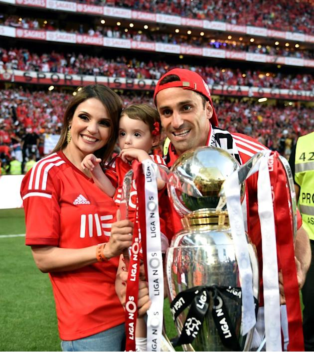 LISBON, May 24, 2015 (Xinhua) -- Benfica's Jonas and his family celebrate with the trophy after beating Maritimo 4-1 and winning the Portuguese Premier League title at Luz stadium in Lisbon, Portu