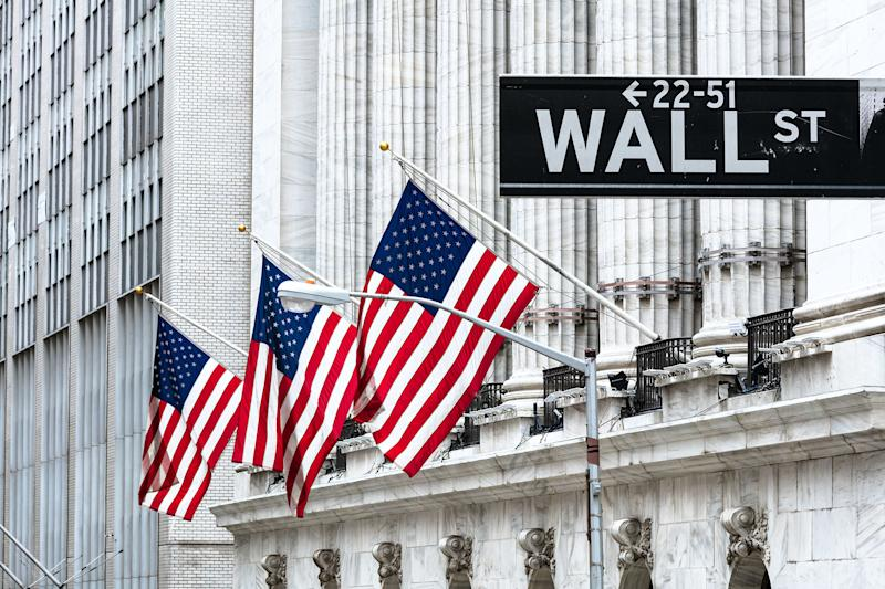 Wall Street fiacca, ma i dati macro battono le stime