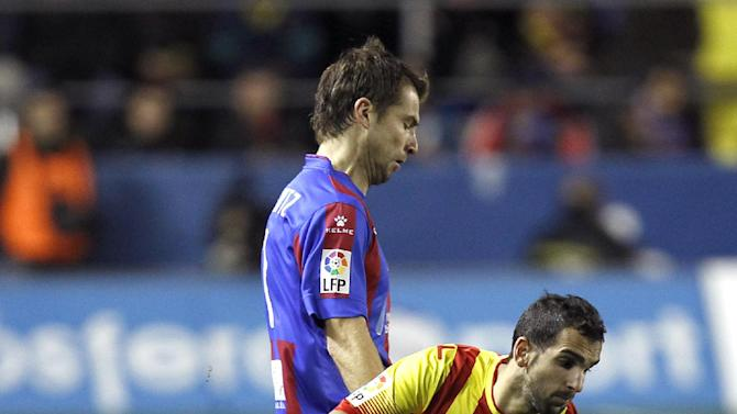 Barcelona's Martin Montoya duels for the ball with Levante's Andreas Ivanschitz from Austria during their La Liga soccer match at the Ciutat de Valencia stadium in Valencia, Spain, Sunday, Jan. 19, 2014. (AP Photo / Alberto Saiz)