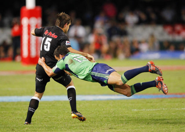 New Zealand Otago Highlanders' Tamati Ellison (R) tackles Durban Sharks' Louis Ludik during the Super 15 Rugby Union match at the Kings Park Rugby Stadium in Durban on May 5, 2012.  AFP PHOTO / STRING