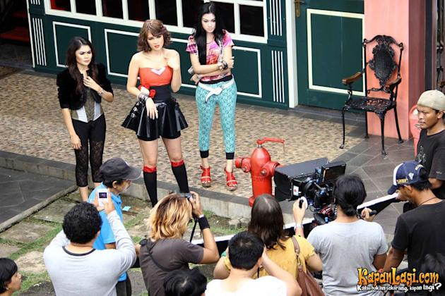 Luna Maya Jadi Model Video Klip Charly
