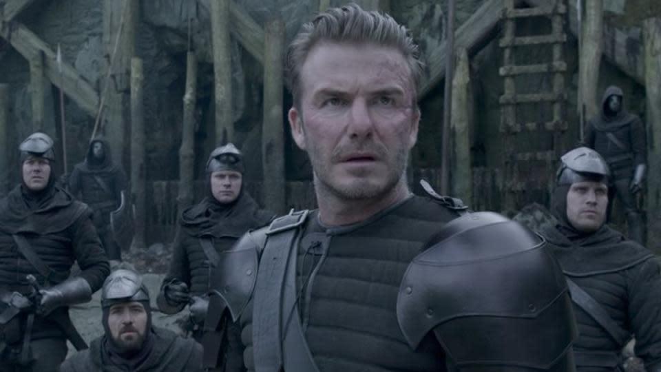 <p>三、英國球星貝克漢(David Beckham),客串《亞瑟王:王者之劍》:英國萬人迷球星貝克漢,在退休之後本來就曾作過演藝夢,可惜始終不太順遂。不過貝克漢的出眾外貌和高知名度,也讓他成為客串電影的絕佳人選。貝克漢也在2017年的《亞瑟王:王者之劍》中演出一名不討喜的軍官,冷眼等待石中劍被拔出的那一刻。為了詮釋不討喜的角色特性,劇組甚至還用特殊化妝在他的帥氣臉龐上大動手腳,只能說貝克漢的配合度超高。(圖片來源:《亞瑟王:王者之劍》劇照) </p>