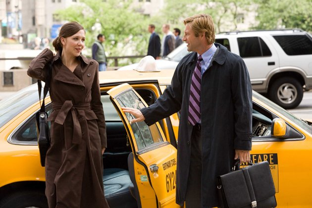 "Maggie mit Co-Star Aaron Eckhart in ""The Dark Knight"""