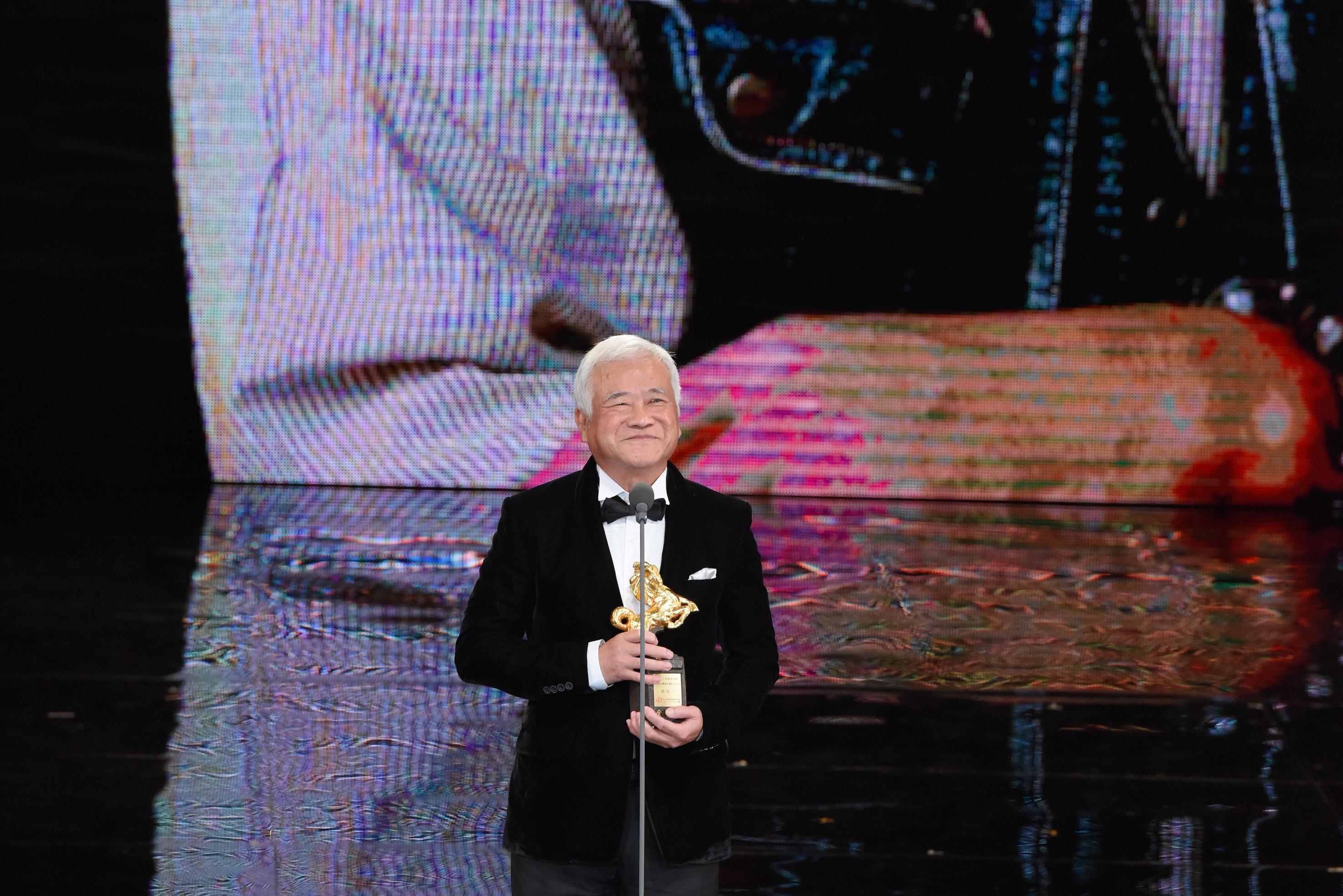 <p>第54屆金馬年度台灣傑出電影工作者,頒給國寶級擬音師胡定一。他說,自己40餘年的從業精神,就是「堅持,沒有一件事不會發光發熱」。(影像:金馬執委會提供) </p>