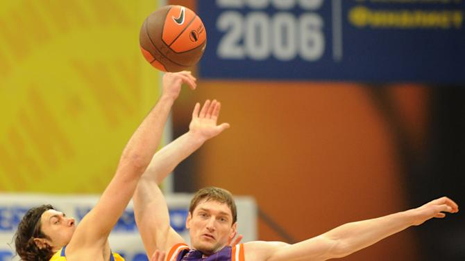 Valencia's Serhiy Lishchuk vies with BC Khimki's Kresimir Loncar (L) during the Eurocup final basketball match between BC Khimki and Valencia in Khimki, outside Moscow on April 15, 2012.    AFP PHOTO / KIRILL KUDRYAVTSEV (Photo credit should read KIRILL KUDRYAVTSEV/AFP/Getty Images)