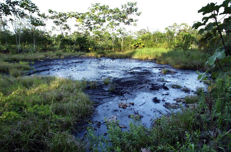 Suspenden en Colombia el bombeo de petróleo por el rompimiento de un oleoducto