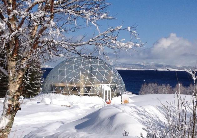 (FOTOS) La familia que vive en mitad del Ártico en una cúpula gigante hecha con arena y agua