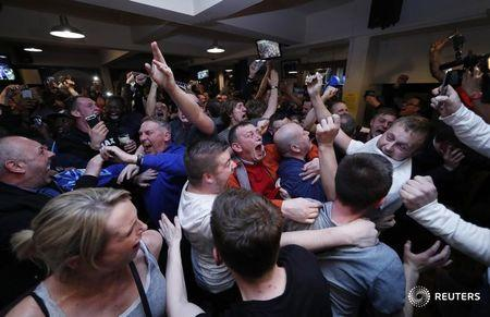 Britain Football Soccer - Leicester City fans watch the Chelsea v Tottenham Hotspur game in pub in Leicester - 2/5/16 Leicester City fans celebrate winning the Premier League Reuters / Eddie Keogh Liv
