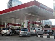 Motorists queue for petrol at Indonesia's state-owned gas station, Pertamina, in Jakarta, on April 24, 2013. The Indonesian government's pledge to reduce generous fuel subsidies which will push up prices for motorists has taken it onto politically treacherous ground before elections in 2014