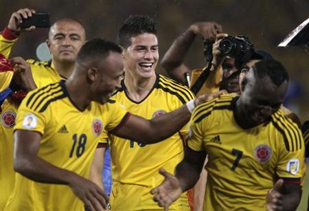Colombia's team members celebrate after defeating Ecuador during their 2014 World Cup qualifying soccer match in Barranquilla, September 6, 2013. REUTERS/Jose Miguel Gomez