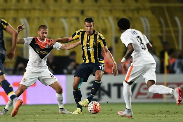 Fenerbahce's Dutch forward Robin Van Persie (C) vies for the ball with Shakhtar Donetsk's Yaroslav Rakitskiy (L) and Fred during the UEFA Champions League third qualifying round first leg foot