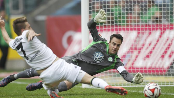 Borussia Moenchengladbach's Herrmann tries to score against VfL Wolfsburg's goalkeeper Benaglio during their Bundesliga first division soccer match in Moenchengladbach