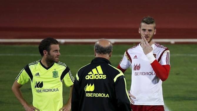 Spain's goalkeeper de Gea talks to Spain's coach del Bosque as teammate Mata looks on during a training session at Soccer City grounds in Las Rozas, near Madrid